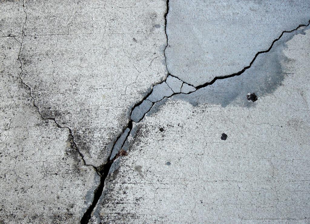 трещины в бетонном полу