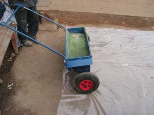 внесение песка для пола
